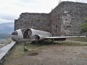 Военният Самолет в замъка Гирокастра