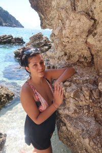 момиче на плаж Агиофили, скали