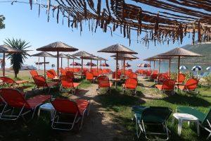 Плаж, с шезлонги, чадъри