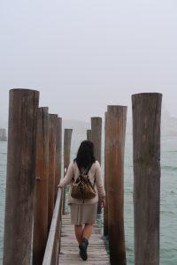 момиче на кей в мъгла
