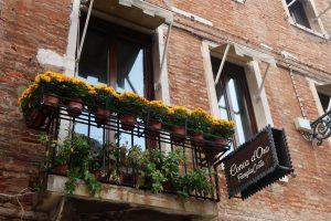 балкон, цветя, тухли