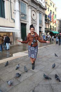 гълъби и момиче